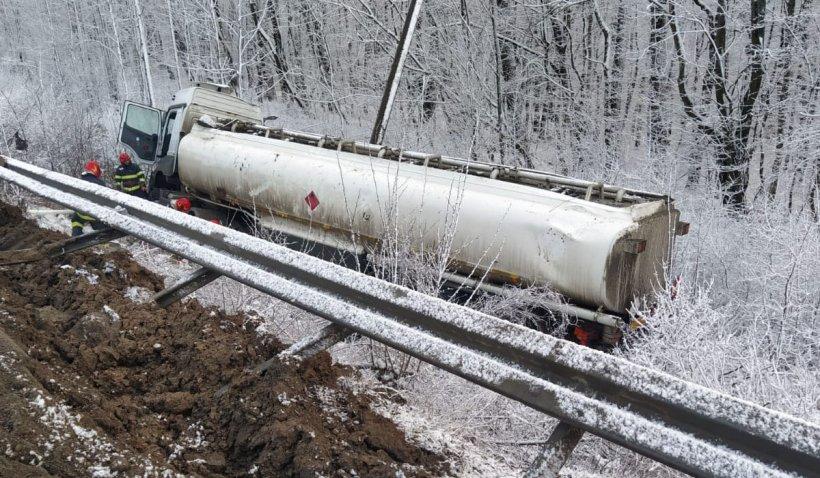 Cisternă încărcată cu motorină, răsturnată pe DN24B Huși-Crasna. Există scurgeri de combustibil