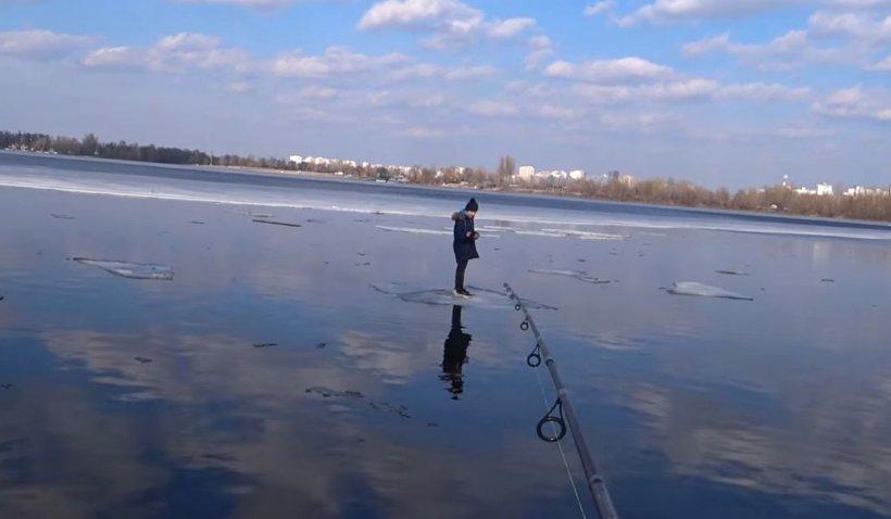 Copil de 11 ani, care plutea pe o bucată de gheaţă pe un râu, salvat de la moarte de un pescar | VIDEO