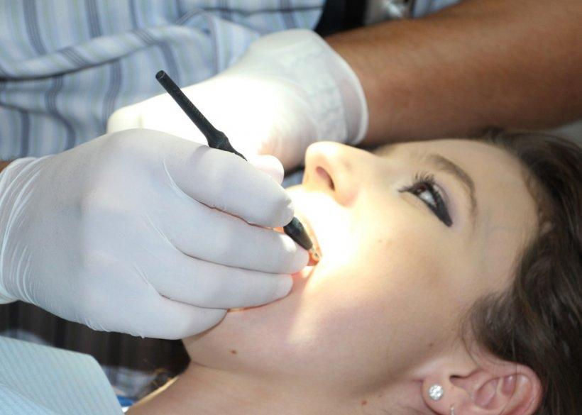 Doi falși dentiști au fost prinși în București. Cei doi lucrau din 2017