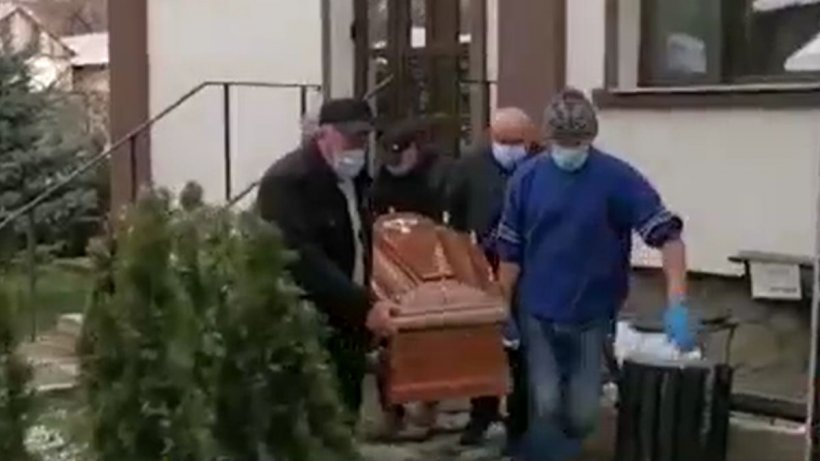Trupul tânărului de 35 de ani de ani, mort după vaccin, ridicat de oamenii legii chiar din biserică și dus la IML