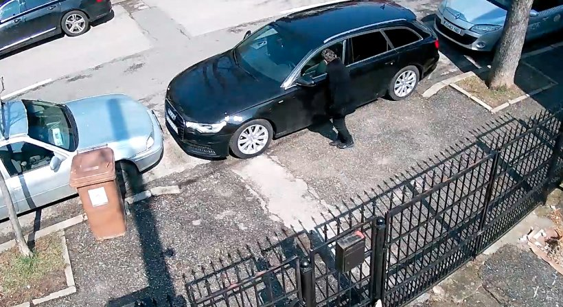 Femeie filmată în timp ce zgârie mașinile parcate pe o stradă din Pitești - VIDEO