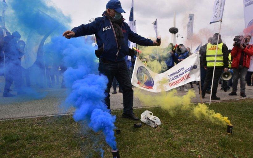 Protest cu fumigene în faţa Ministerului Afacerilor Interne. Polițiștii cer demisia conducerii MAI
