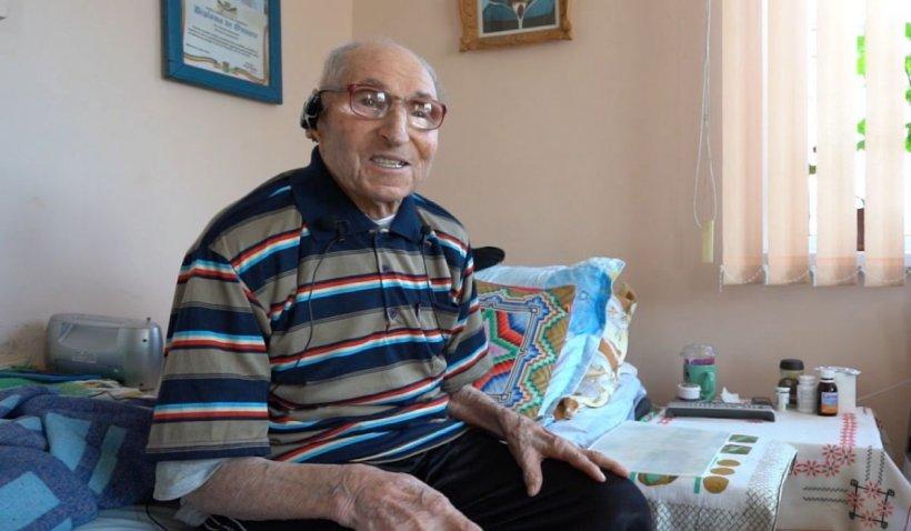 Veteran de război, vaccinat anti-COVID la 100 de ani. Bărbatul îi îndeamnă pe toți să urmeze sfaturile medicilor