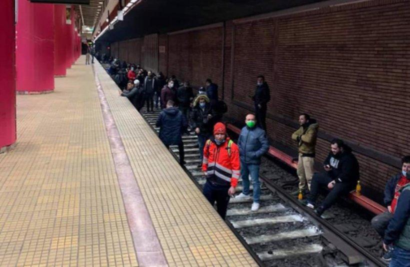Metroul din București nu circulă. Angajații Metrorex cântă și aplaudă pe șine! S-a întâmplat la stația Piața Unirii