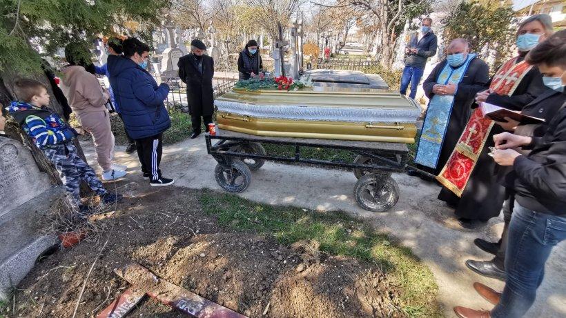Jale şi disperare la înmormântarea Corneliei Catanga. Şoşoacă a intervenit în scandal: ''Faceţi plângere pentru omor''