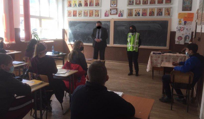 Profesor din Suceava cu mască desenată în Paint, la o acţiune a Poliţiei pentru elevi