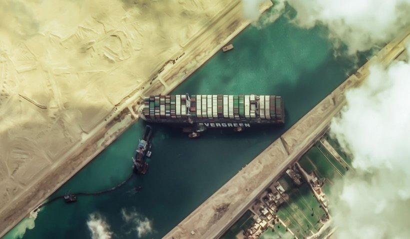 Zece vapoare cu animale din România, blocate în canalul Suez din cauza cargoului eşuat