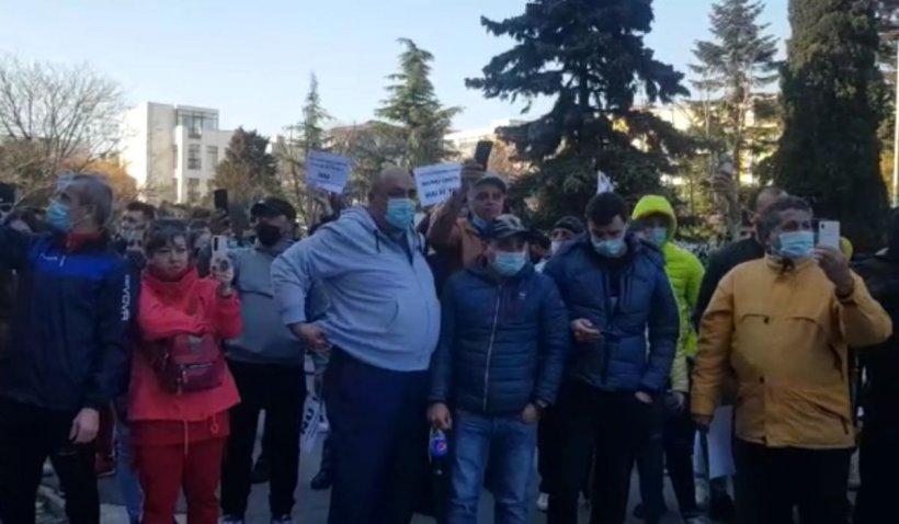 Sute de oameni din Constanţa, protest împotriva noilor restricţii impuse de Guvern