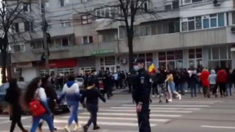 Românii au ieşit în stradă, în prima zi a restricțiilor pentru weekend. Imagini cu protestul de la Brăila