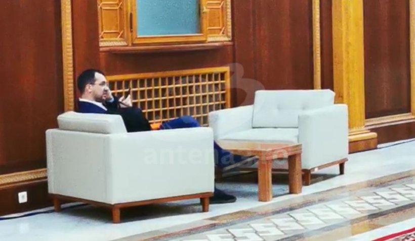 Ministrul Sănătăţii, Vlad Voiculescu, filmat fără mască de protecţie pe holurile Parlamentului