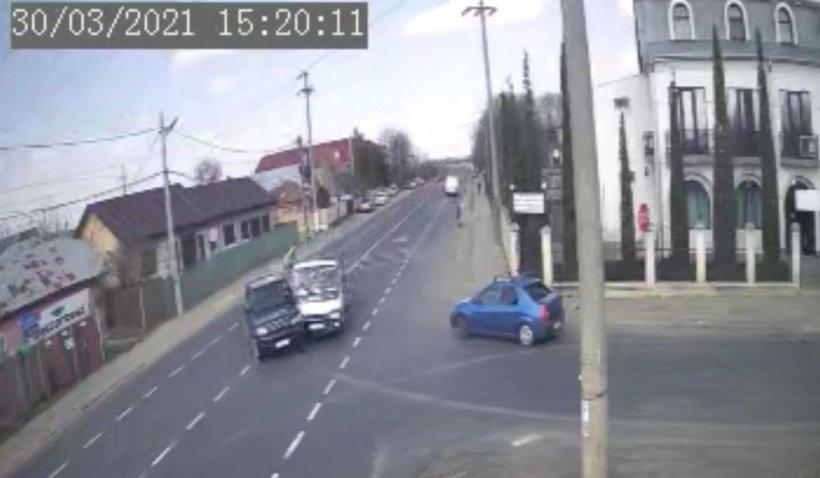 Două maşini au ajuns în curtea unei case, după ce o şoferiţă a întors de pe prima bandă, în Costeşti