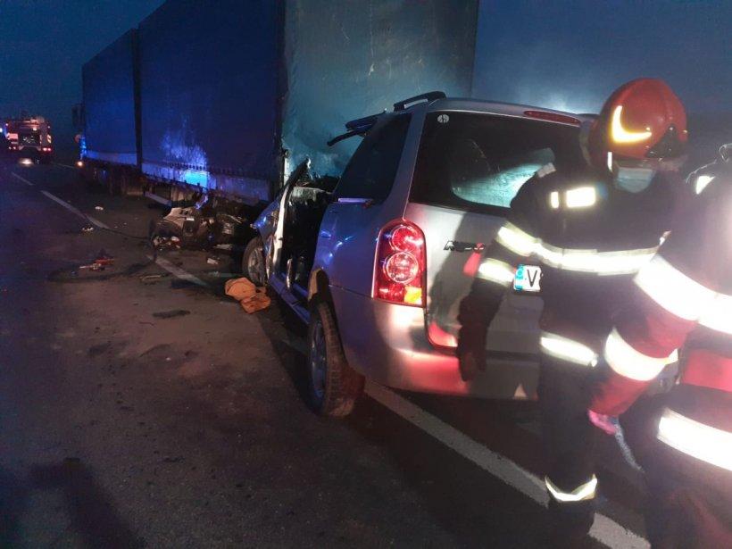 Patru oameni au murit pe loc după ce mașina în care se aflau a intrat sub un TIR, în Vaslui