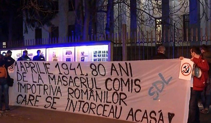 Protestatarii anti-restricţii au mers la Ambasada Rusiei şi au aprins lumânări
