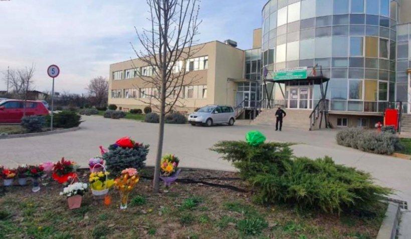 """Câțiva arădeni au dus flori la cel mai mare spital COVID-19 din oraș și i-au aplaudat pe medici: """"Nu suntem de acord cu toate injurile care se aud prin pieţe"""""""