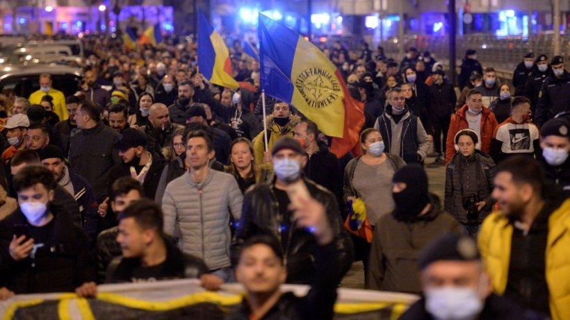 Proteste cu manele, petarde şi bătăi în marile oraşe