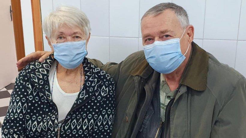 Doi soți de 75 de ani s-au vaccinat împreună când au împlinit 49 de ani de căsnicie