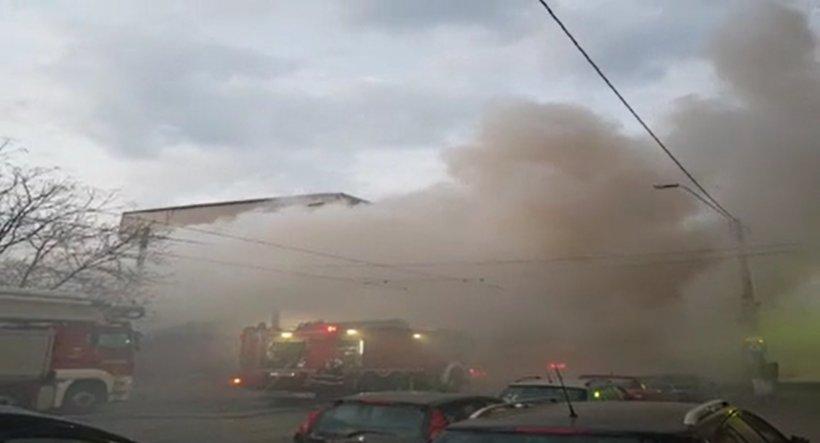 Incendiu puternic în Capitală. Flăcările au cuprins patru proprietăți din Sectorul 5