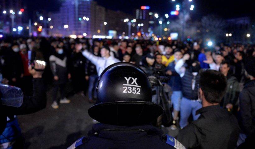 Peste 20 de persoane care au vandalizat centrul Capitalei și au atacat jandarmii cu pietre, duse la audieri