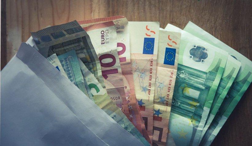 Un bărbat din Iaşi a comandat bani falşi de pe internet şi a vrut să îi schimbe la o casa de curs valutar. Reacţia angajatului