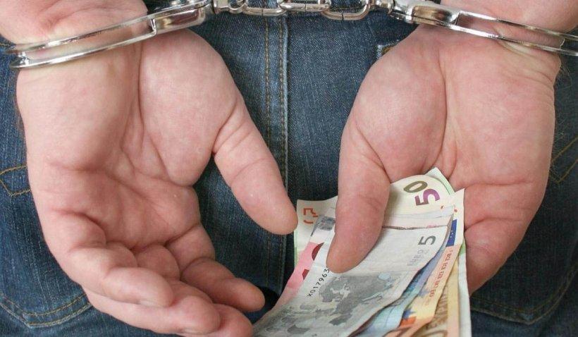 Funcţionară din Tulcea prinsă în flagrant luând mită din fondurile europene ale unui fermier
