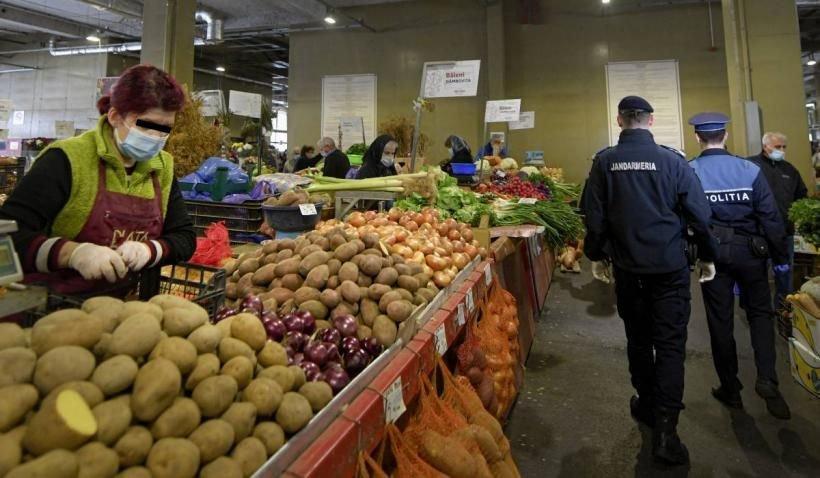 O femeie bolnavă de COVID-19, prinsă că vindea la tarabă într-o piață din Galați