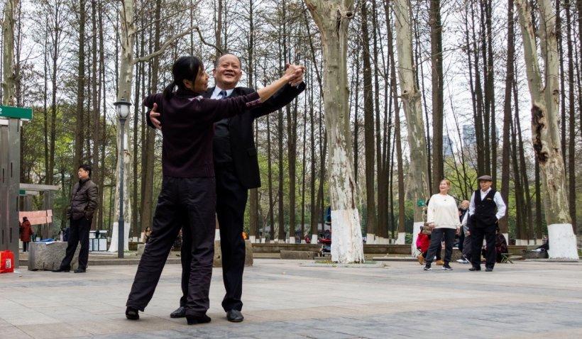 Imagini la un an de când orașul Wuhan, primul focar COVID-19 din lume, a ieșit din carantină. Viața locuitorilor a revenit complet la normal