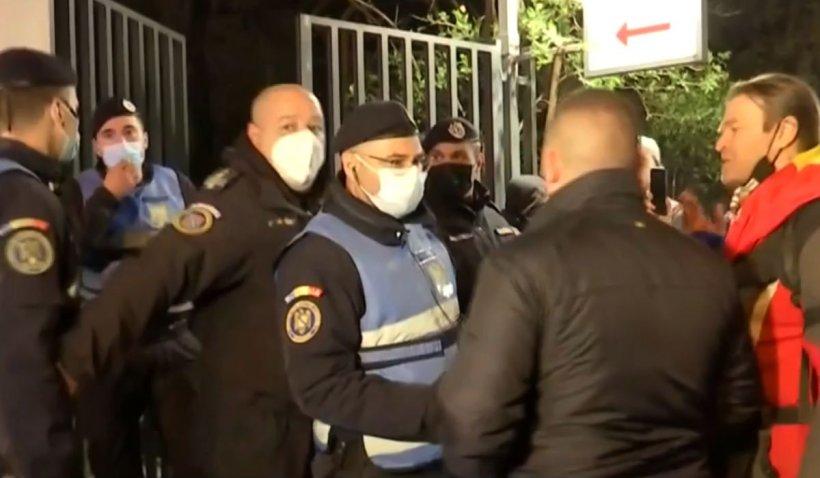 Protest la Spitalul Foişor, după evacuarea de urgenţă a pacienţilor. Oamenii s-au îmbrâncit cu jandarmii