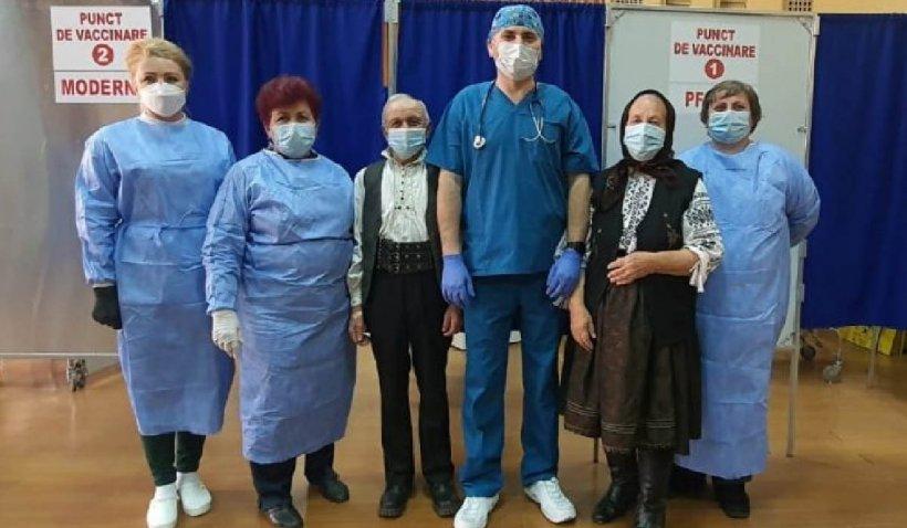 """Doi octogenari din Sălaj s-au îmbrăcat în straie de sărbătoare şi au mers să se vaccineze: """"Vrem să ne protejăm de virus"""""""