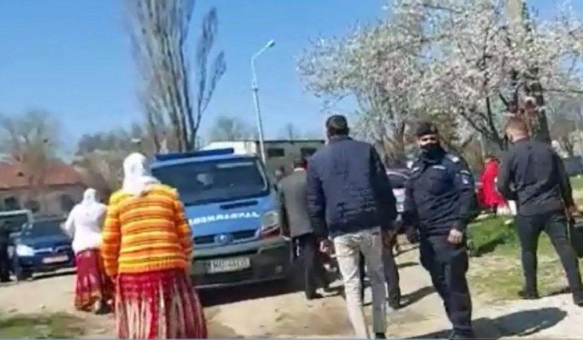 Un pastor a fost amendat de jandarmi la Galaţi după un botez cu zeci de participanţi pe malul Dunării