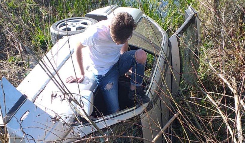 Un tânăr surprins de radar cu 182 km/h s-a răsturnat cu un BMW în Răcari, Dâmboviţa
