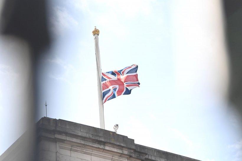 FOTO | Prințul Philip, omagiat de mii de britanici, în ciuda apelului Casei Regale de a fi respectate regulile COVID