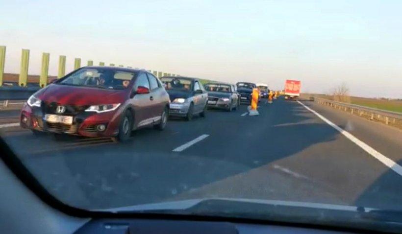 Mii de maşini sunt blocate pe autostrada Soarelui din cauza lucrărilor de asfaltare unde nu lucrează nimeni