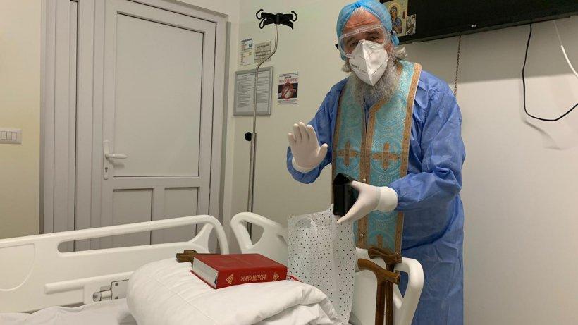 """Povestea preotului care de un an stă cu bolnavii COVID din Spitalul Suceava: """"Nu știam dacă voi putea respira cu 3 măști"""""""