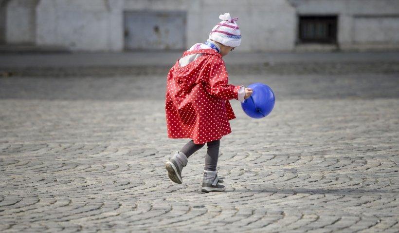 O fetiță de trei ani din Suceava a murit după ce a fost călcată de mașina condusă chiar de tatăl ei