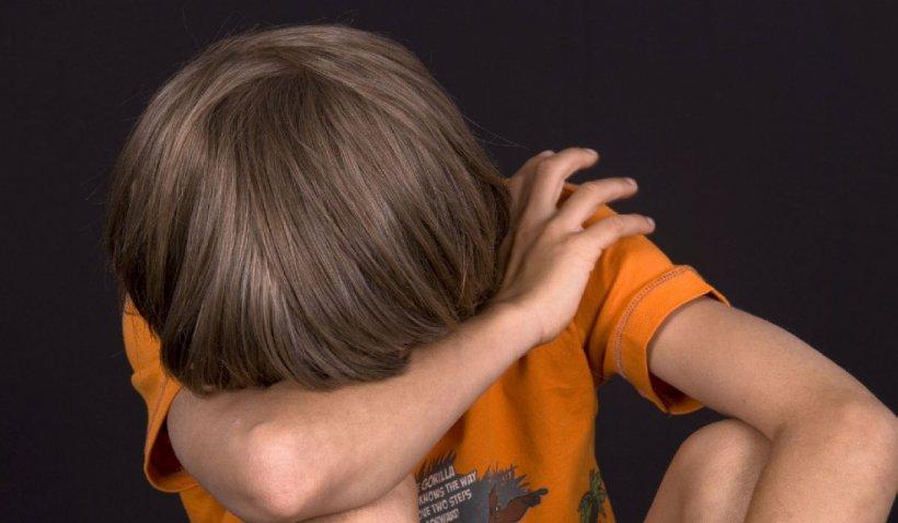 Trei frați din Piatra Neamț, dintre care unul de doar 3 anișori, supuși la abuzuri groaznice de părinții lor