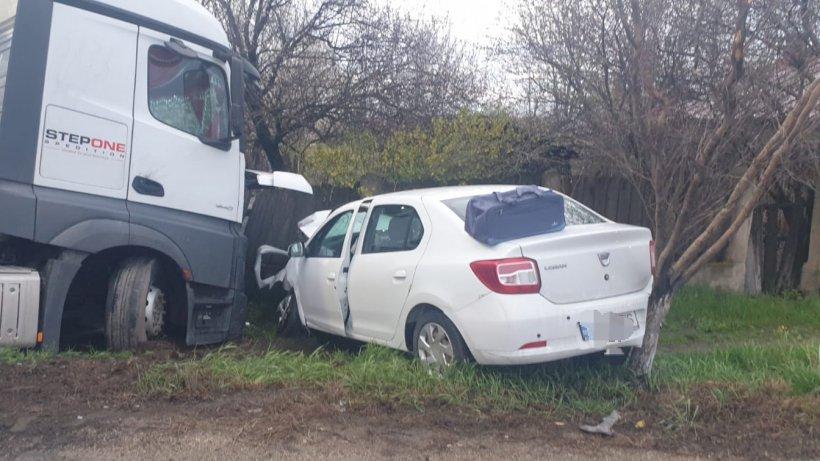 Accident grav între un TIR și două mașini! Patru persoane au fost rănite, între care doi copii