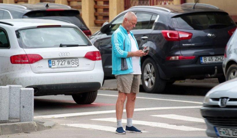 Amendă 150 lei pentru pietonii care traversează strada folosind telefonul şi limită de 30km/h pentru biciclişti - Modificări la Codul rutier