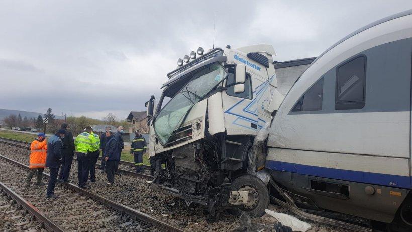 Un TIR a fost lovit în plin de două trenuri care transportau persoane, în județul Vaslui
