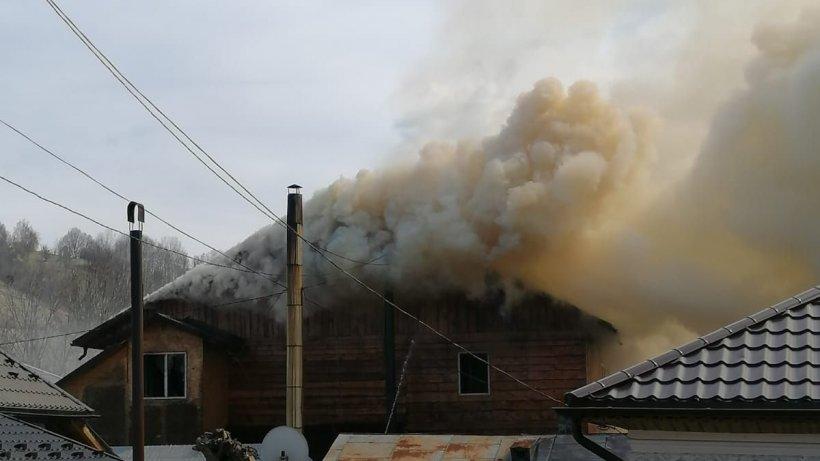 Casa unui primar din Vrancea a ars ca o torţă. Edilul spune că pompierii au venit cu maşini fără apă