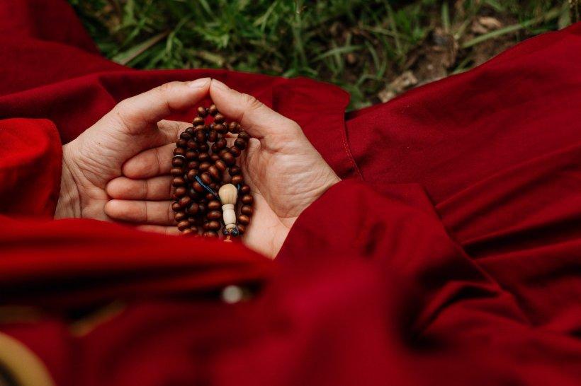 Metoda prin care poţi să îţi cureţi karma: 40 de pomelnice, pentru 40 de zile, la 3 biserici diferite