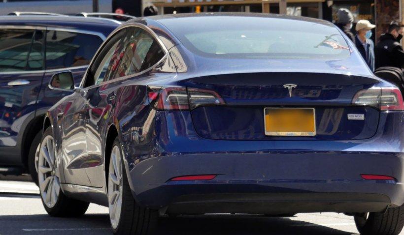 Doi morţi într-un accident cu o maşină Tesla, la volanul căreia nu se afla nimeni, în SUA