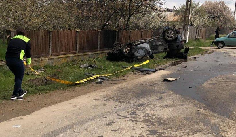 O maşină a luat foc în Argeş după coliziunea cu un alt autoturism. Un copil de 15 ani, grav rănit în accident