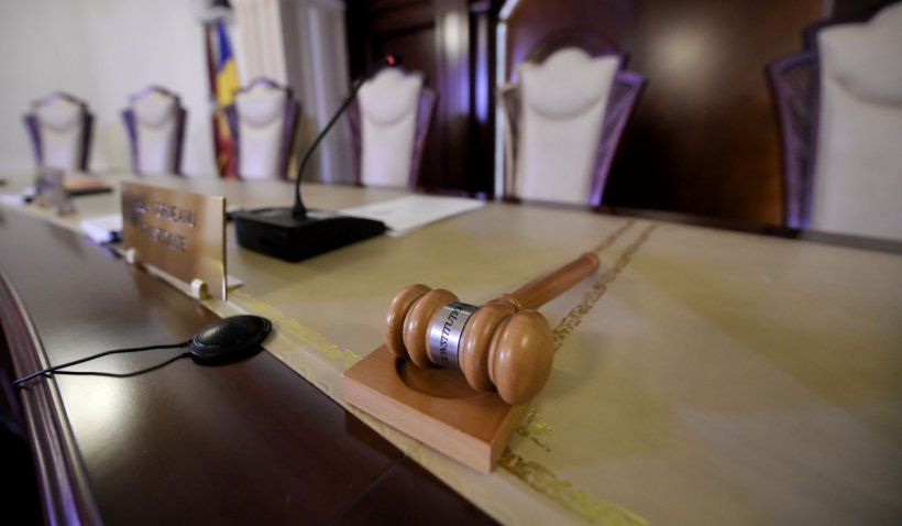 Asiguraţii au dreptul la concediu şi indemnizaţie pentru îngrijirea copilului bolnav și după vârsta de 16 ani, a decis CCR