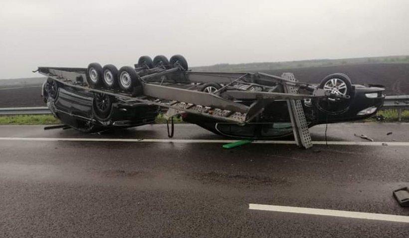 O remorcă încărcată cu autoturisme s-a răsturnat pe autostrada A2