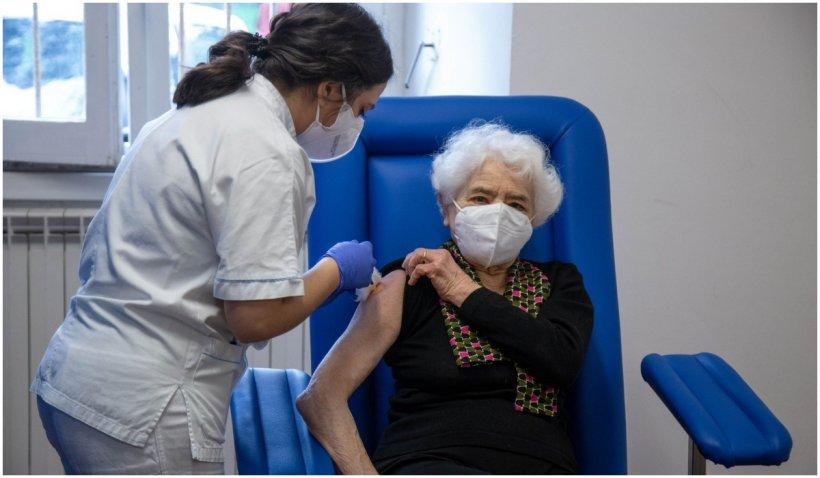 O femeie a intrat într-un centru de vaccinare și i-a dat asistentei, pe ascuns, un bilețel. Aceasta a chemat imediat poliția