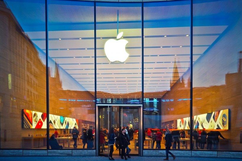 Compania Apple amendată pentru că vindea Iphone 12 fără încărcător