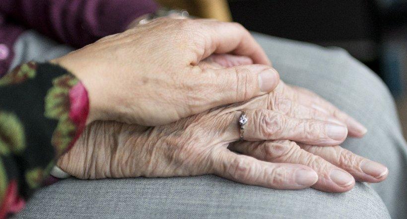 O bătrână de 90 de ani a transferat peste 30 de milioane de dolari, după o ţeapă prin telefon, în Hong Kong