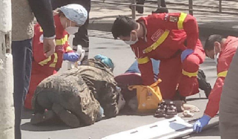 """""""Eroina cu păr albastru"""", asistenta care a salvat o femeie, după un accident rutier în Bucureşti"""