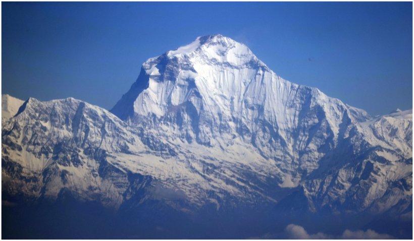 Coronavirusul a ajuns pe Everest. Și a fost dat jos cu elicopterul