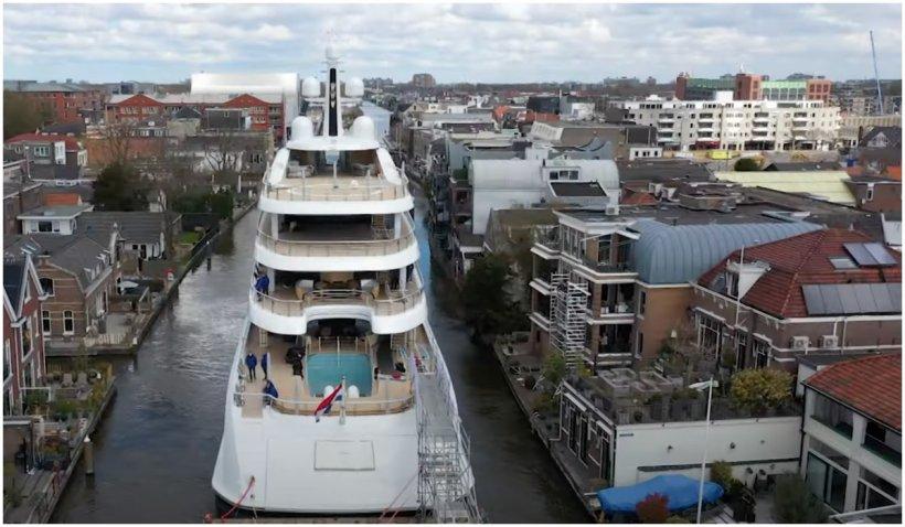 Imagini impresionante cu un super iaht care se strecoară prin canalele înguste din Olanda